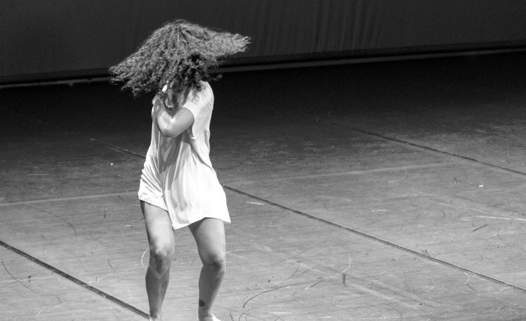 L'attribut alt de cette image est vide, son nom de fichier est black-and-white-woman-white-photography-dance-darkness-1272202-pxhere.com_-1024x625.jpg.